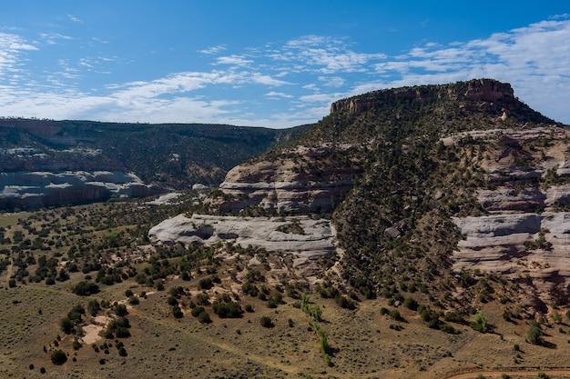 アメリカアリゾナ州の山のように空撮美しい風光明媚な風景砂漠の峡谷を見渡して