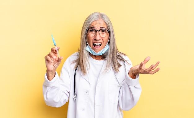 Вы выглядите сердитым, раздраженным и разочарованным, кричите, черт возьми, или что с тобой не так. концепция врача и вакцины