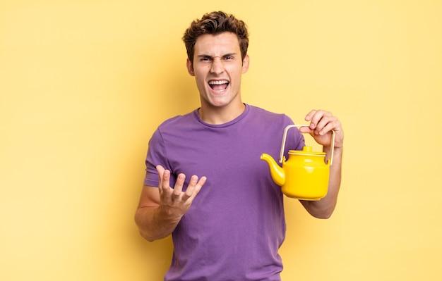 Вы выглядите сердитым, раздраженным и разочарованным, кричите, черт возьми, или что с тобой не так. концепция чайника