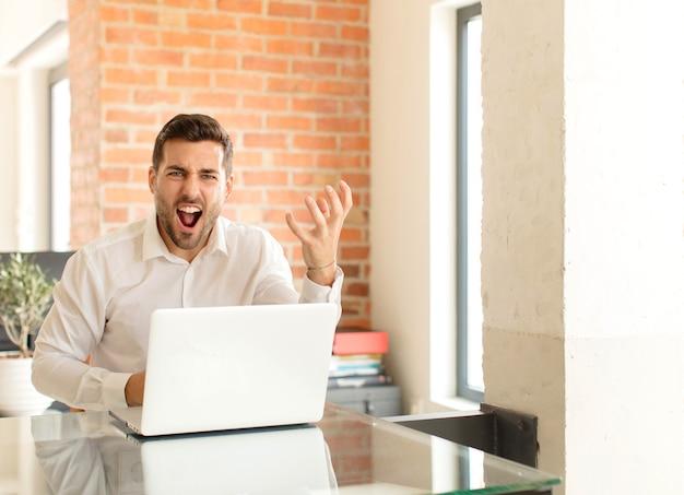 怒っている、イライラしている、イライラしている叫び声のwtf、またはあなたの何が悪いのか