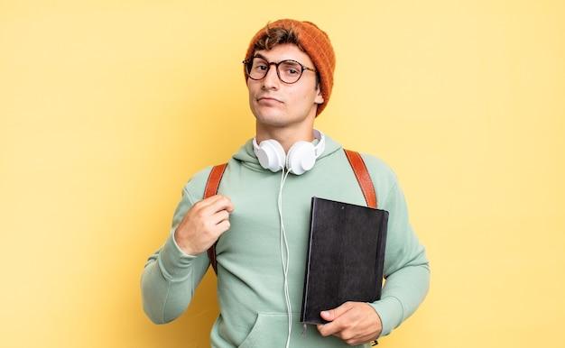 Выглядит высокомерным, успешным, позитивным и гордым, указывая на себя. студенческая концепция