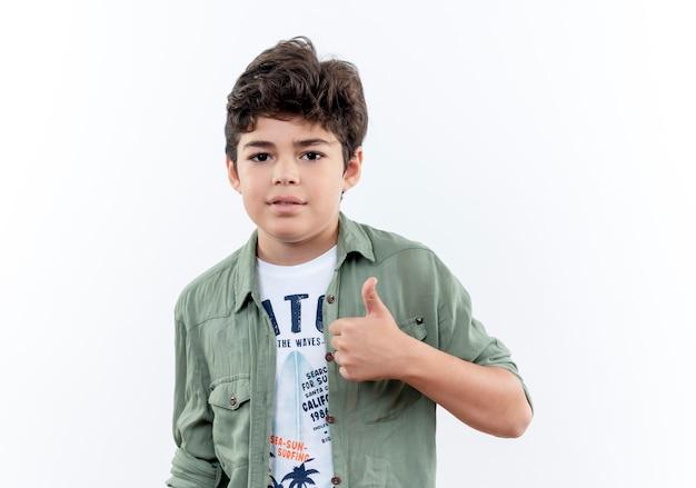カメラを見て小さな男子生徒の親指を白い背景で隔離