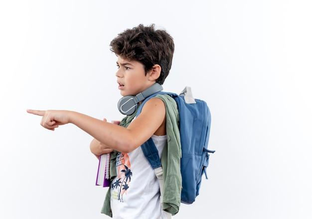 측면을 보면 흰색 배경에 고립 된 측면에서 다시 가방과 헤드폰 포인트를 입고 혼란 스 러 워 작은 모범생