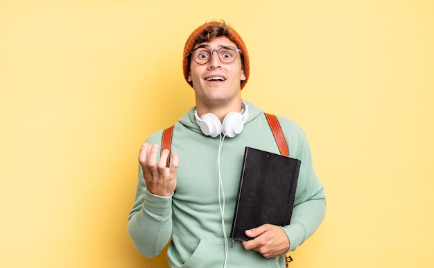 Выглядит отчаявшимся и расстроенным, напряженным, несчастным и раздраженным, кричащим и кричащим. студенческая концепция