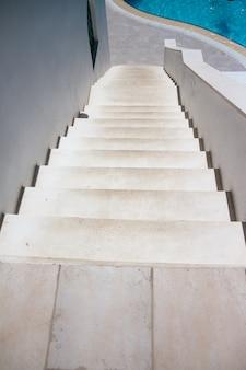 흰색 계단을 내려다보고