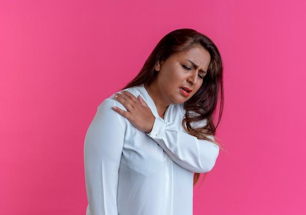 Guardando giù donna di mezza età caucasica casuale malata che mette la mano sulla spalla