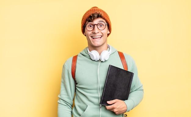 Выглядел он счастливым и приятно удивленным, взволнованным, с очарованным и шокированным выражением лица. студенческая концепция