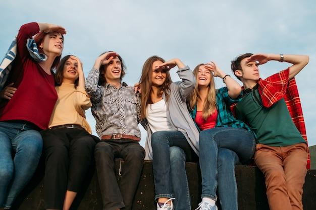 미래를 내다 보며. 큰 계획 꿈과 아이디어. 함께 앉아 다양한 젊은 사람들의 그룹