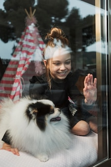 창 밖을보고 소녀와 강아지