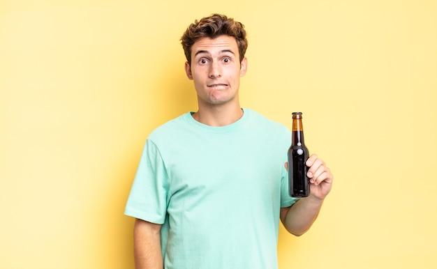 困惑して混乱しているように見え、神経質なジェスチャーで唇を噛み、問題の答えがわからない。ビール瓶のコンセプト