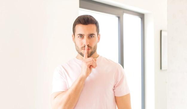 真面目そうに見えて、秘密を守りながら、沈黙または静寂を要求する唇に指を押し付けて交差する