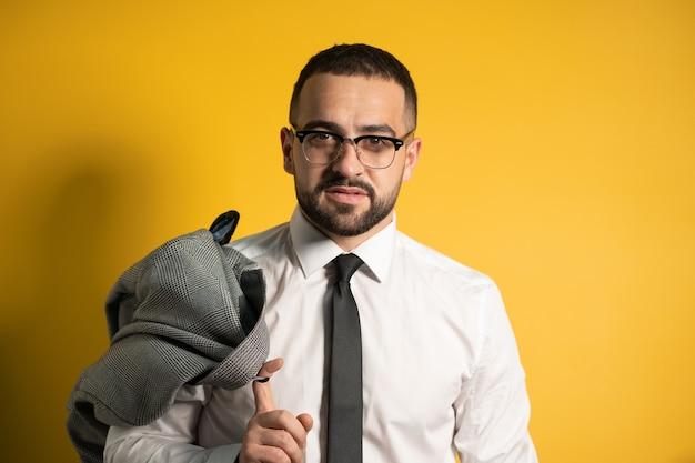 Глядя серьезного делового человека с модной бородой