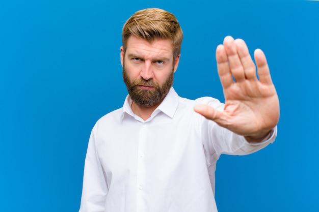 深刻な、厳しい、不機嫌で怒っている開いた手のひらを停止ジェスチャーを見て