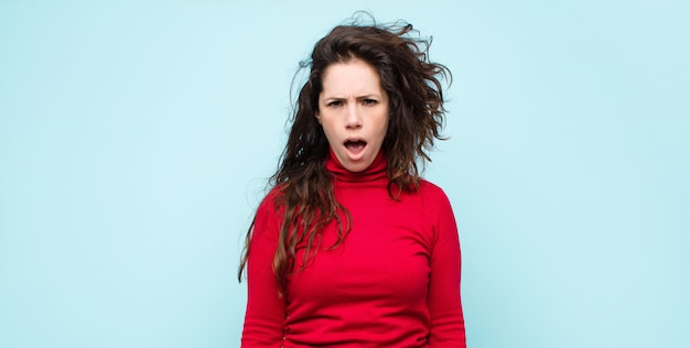 ショックを受けている、怒っている、イライラしている、失望している、口を開けて激怒している