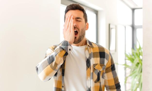 頭痛と片方の手が顔の半分を覆っている、眠くて退屈であくびをしているように見えます