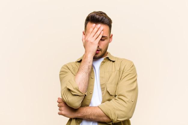 ストレス、恥ずかしさ、または動揺、頭痛、顔を手で覆う