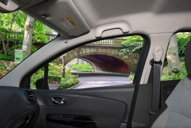 セントラルパーク、マンハッタン、ニューヨーク、米国の景色を望む車の窓を通して見る