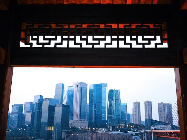 中国の重慶で、中国の建築文化から現代の建築物の風景を見ています。