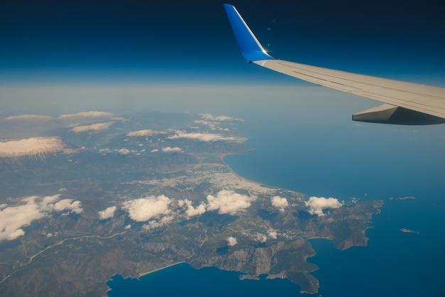 飛行中に窓の航空機を通して見る