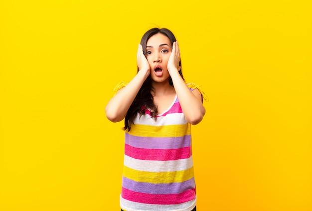 不快にショックを受けたり、怖がったり、心配したり、口を大きく開いて両耳を手で覆っている