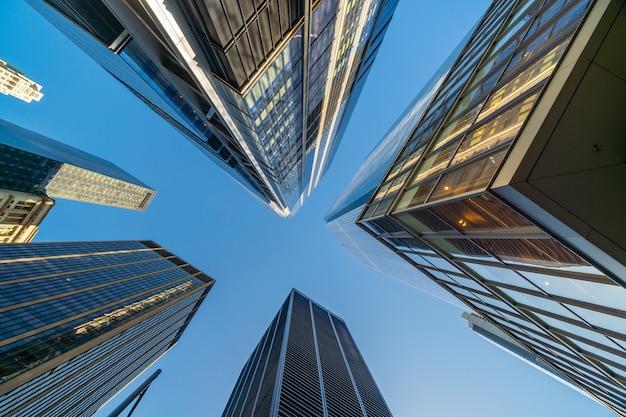 미국 뉴욕시 시내에 있는 비즈니스 빌딩을 올려다보며