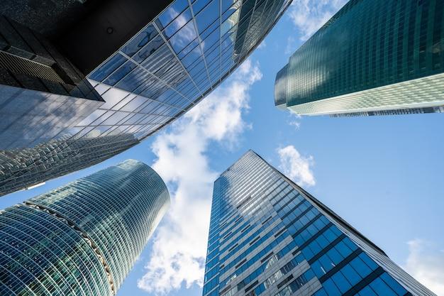 아름다운 날 맨하탄에서 매우 인상적인 고층 빌딩을 올려다 보며