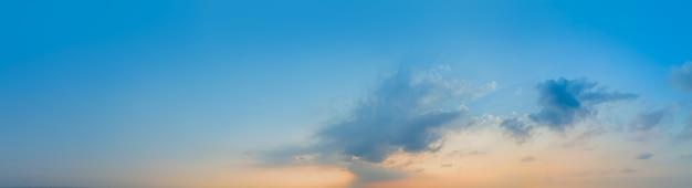 青い空と白い雲の背景を見上げる