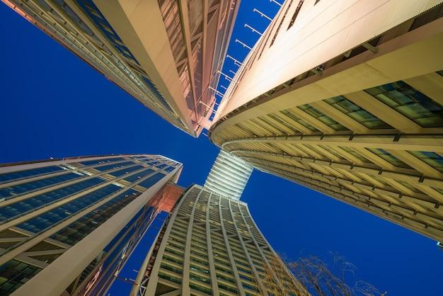 夜、中国の重慶の金融センターの高層ビルを見上げる
