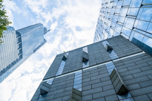 Глядя вверх синее современное офисное здание