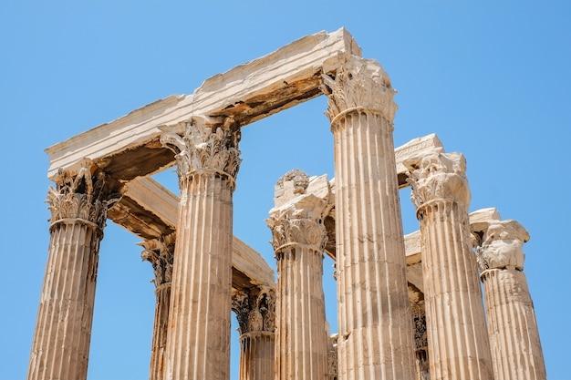ゼウス神殿、ギリシャの澄んだ青い空に対して有名なギリシャ神殿の柱のビューを見上げる
