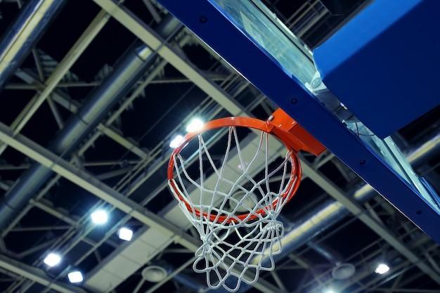 스포츠 단지에서 농구 후프의 위로보기