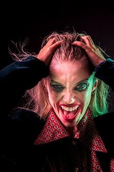 Чокнутая женщина держит голову руками для фотосессии