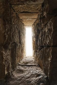 抜け穴は、胸壁または防御的な石の壁の狭い開口部です。セレクティブフォーカス