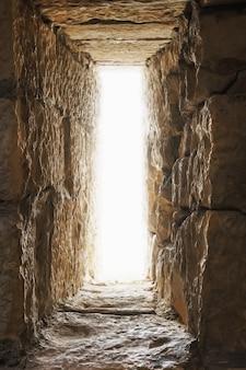 抜け穴は、胸壁または防御的な石の壁の狭い開口部です。