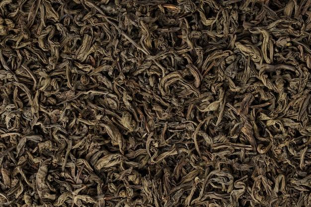Рассыпной чай, изолированные на белом фоне. сушеные чайные листья. крупный план