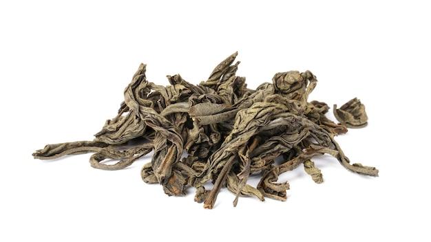 Рассыпной чай, изолированные на белом фоне. сушеные чайные листья