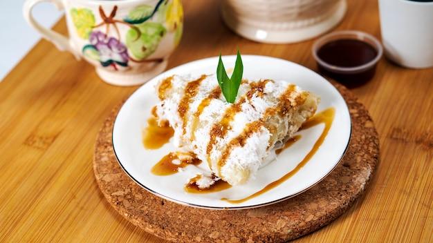 ロピスは、もち米のすりおろしたココナッツとパームシュガーから作られた伝統的なインドネシアのケーキです