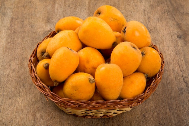 Мушмула плоды мушмулы на деревянном пространстве. свежие фрукты.