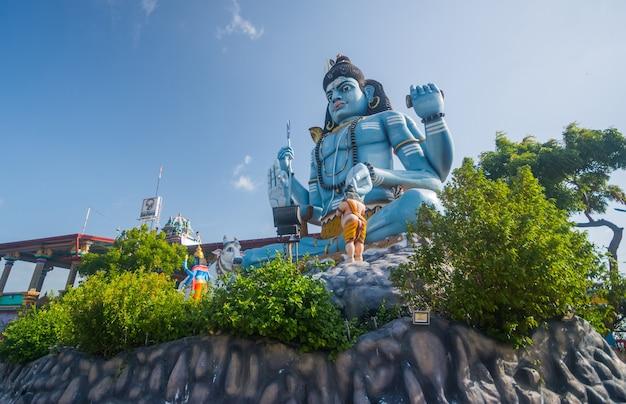 Статуя господа шивы и храм конешварам тринкомали в шри-ланке