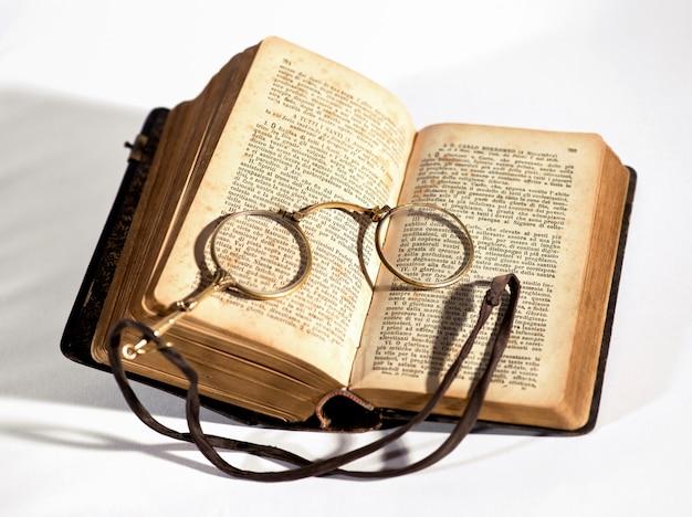 古い本の上に横たわるヴィンテージlorgnettes