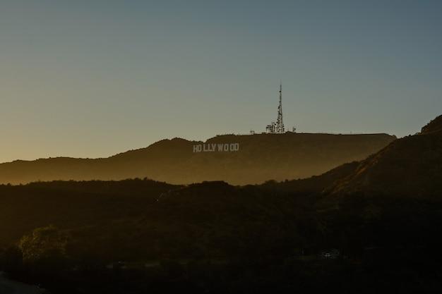 カリフォルニア州ロサンゼルスロサンゼルスを見下ろすハリウッドサイン。象徴的な看板はもともと1923年に作成されました。