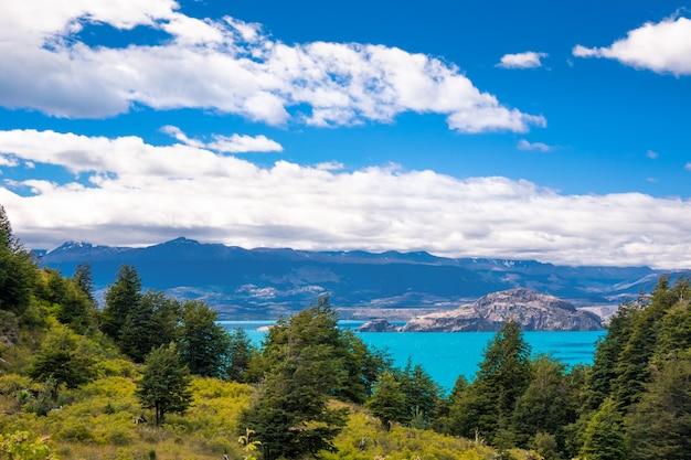 Лос торрес озеро и горы красивый пейзаж, патагония, чили, южная америка