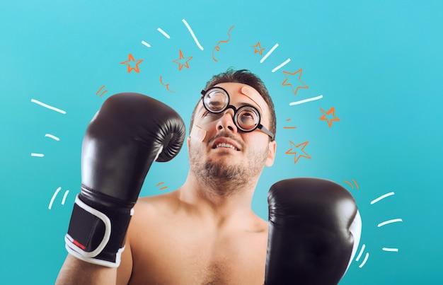 Тупой боксер-неудачник принимает удары. понятие неудачи