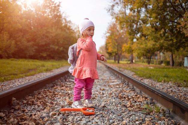 길을 잃은 아이가 철로 위를 걸어 집을 떠났습니다.