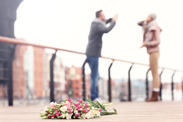 잃어버린 꽃과 배경에서 논쟁하는 부부