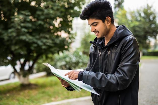 Потерянный индийский турист, смотрящий на карту города в поездке
