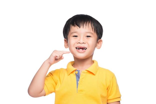 Потерянный молочный зуб азиатский мальчик, вид крупным планом.