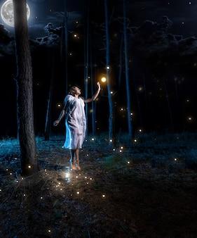 보름달이 반딧불에 도달하기 위해 높이 점프하는 밤 숲에서 잃어버린 젊은 여자