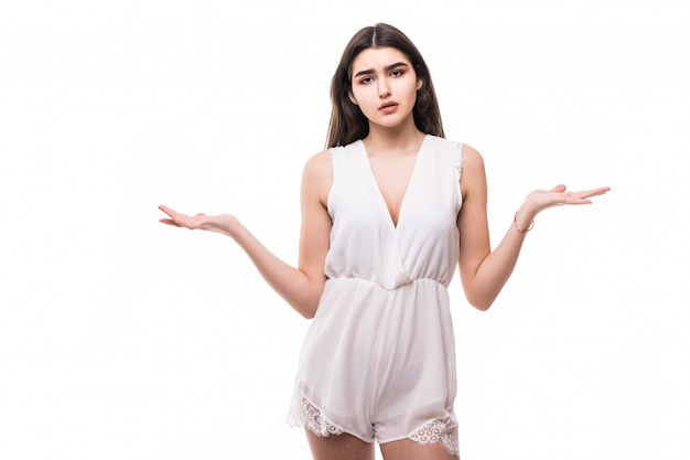 Losted bello giovane modello in vestito bianco moderno su bianco