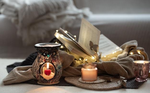 Molte candele con candelabri sullo spazio domestico. comfort e calore domestico.